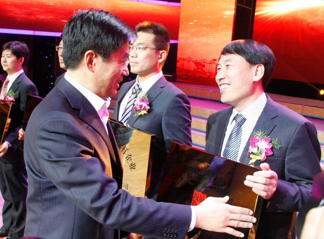 威海市委常委,宣传部部长王亮为管委领导王京伟颁奖