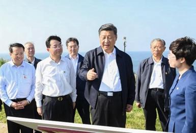 习近平乘船赴威海湾的刘公岛考察